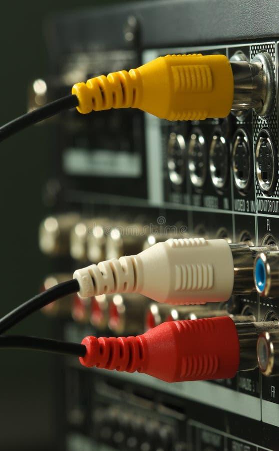 Κίτρινοι, άσπροι και κόκκινοι ακουστικοί καλώδια και συνδετήρες στοκ εικόνες