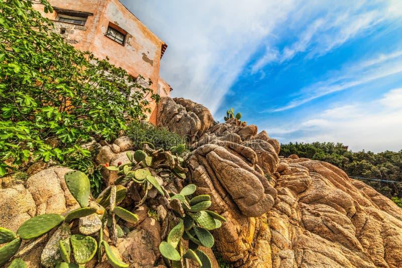 Κίτρινοι βράχοι από ένα αγροτικό σπίτι στοκ φωτογραφίες με δικαίωμα ελεύθερης χρήσης