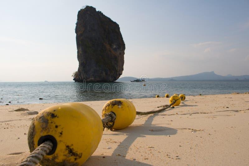 Κίτρινοι σημαντήρες κινηματογραφήσεων σε πρώτο πλάνο με το σχοινί στην παραλία στοκ εικόνες με δικαίωμα ελεύθερης χρήσης