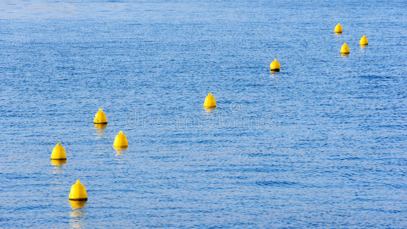 Κίτρινοι σημαντήρες στο νερό στοκ εικόνες με δικαίωμα ελεύθερης χρήσης
