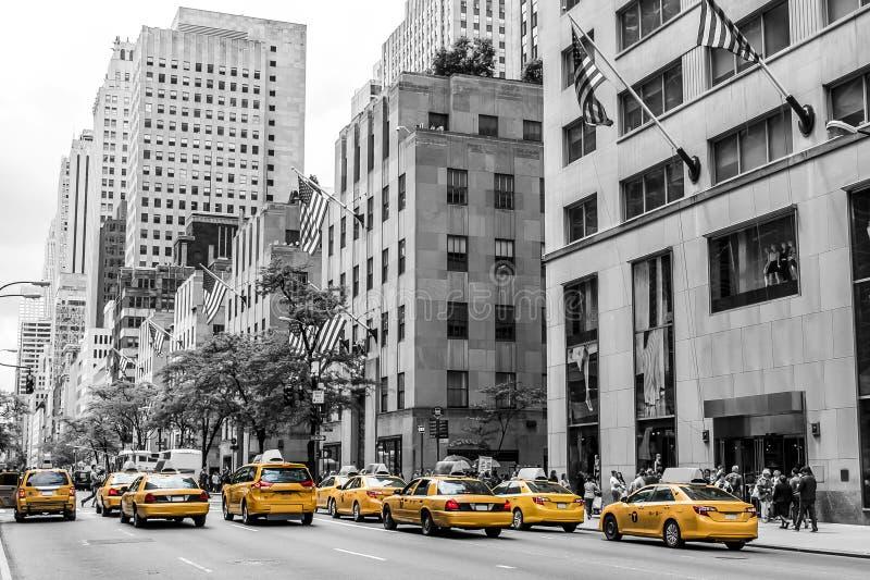 Κίτρινος αμερικανικών σημαιών ΑΜΕΡΙΚΑΝΙΚΩΝ μεγάλος Apple οριζόντων οδών ταξί πόλεων της Νέας Υόρκης μαύρος άσπρος στοκ φωτογραφία με δικαίωμα ελεύθερης χρήσης