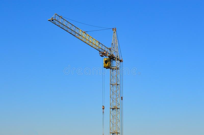 Κίτρινος γερανός κατασκευής στον ουρανό στοκ εικόνα