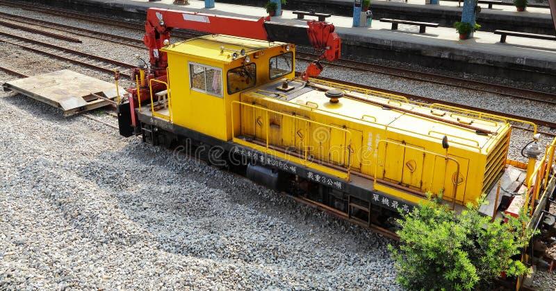 Κίτρινος γερανός σιδηροδρόμου στο σταθμό στην Ταϊβάν στοκ εικόνες
