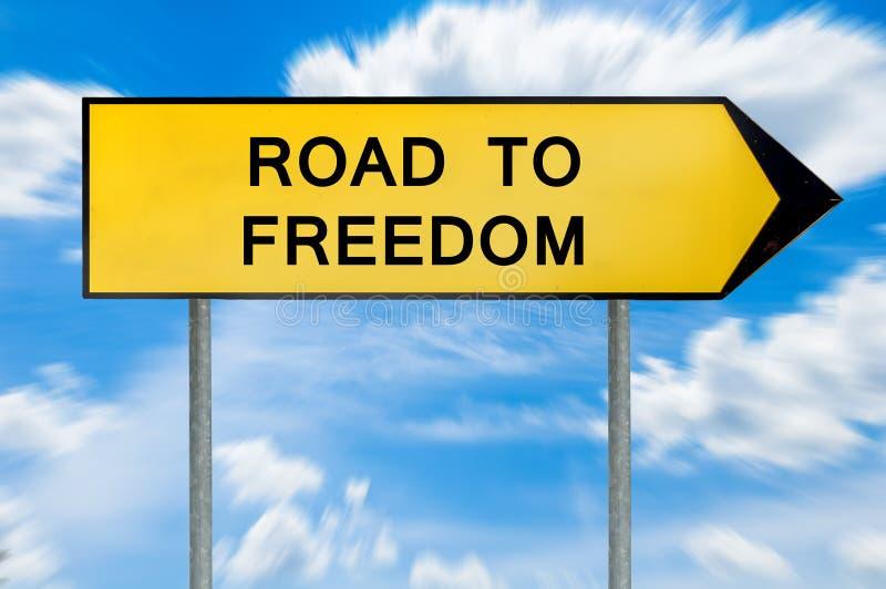 Κίτρινος δρόμος έννοιας οδών στο σημάδι ελευθερίας στοκ φωτογραφίες με δικαίωμα ελεύθερης χρήσης