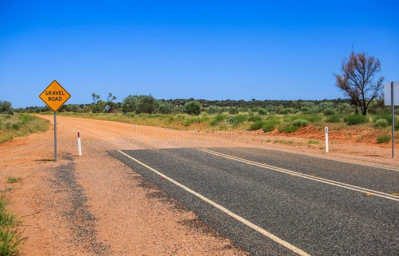 Κίτρινος δρόμος αμμοχάλικου σημαδιών Προειδοποιήστε το τέλος ενός καλού δρόμου στοκ εικόνες με δικαίωμα ελεύθερης χρήσης