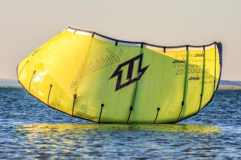 Κίτρινος ικτίνος kitesurfers που προσγειώνεται στην ήρεμη επιφάνεια νερού σε Μαύρη Θάλασσα στο ηλιοβασίλεμα στοκ φωτογραφίες