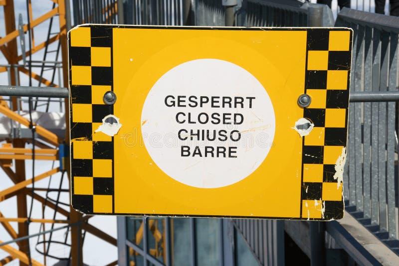 Κίτρινος και ο Μαύρος διαίρεσε το κλειστό σημάδι σε τέσσερις γλώσσες σε τετράγωνα, Zugspitze στοκ φωτογραφίες με δικαίωμα ελεύθερης χρήσης