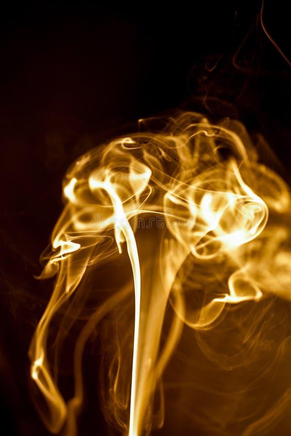 Κίτρινος καπνός στο μαύρο υπόβαθρο στοκ εικόνα με δικαίωμα ελεύθερης χρήσης