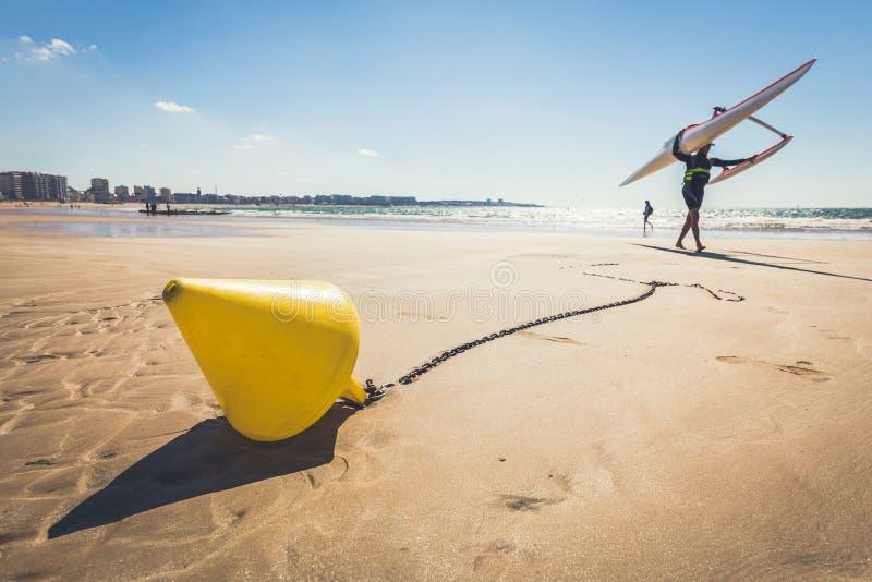 Κίτρινος κωνικός σημαντήρας στην παραλία at low tide στοκ εικόνες με δικαίωμα ελεύθερης χρήσης