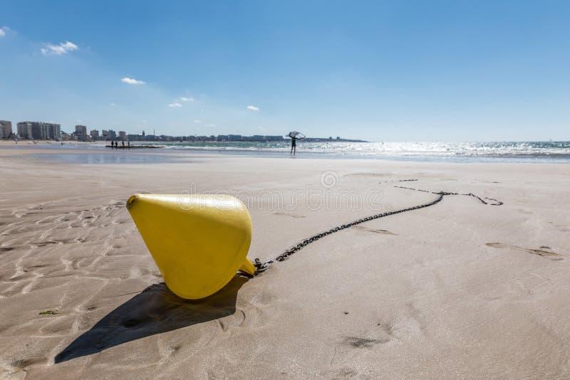 Κίτρινος κωνικός σημαντήρας στην παραλία at low tide στοκ φωτογραφία με δικαίωμα ελεύθερης χρήσης
