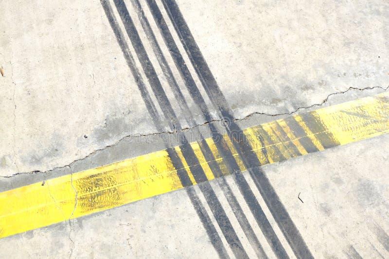 Κίτρινος λευκός πεζός που διασχίζει το δρόμο της πόλης στοκ εικόνες με δικαίωμα ελεύθερης χρήσης