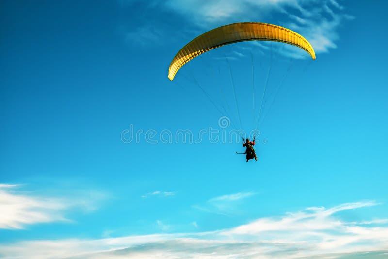 Κίτρινος πλαγιάς που πετάει στον ουρανό στοκ φωτογραφία με δικαίωμα ελεύθερης χρήσης