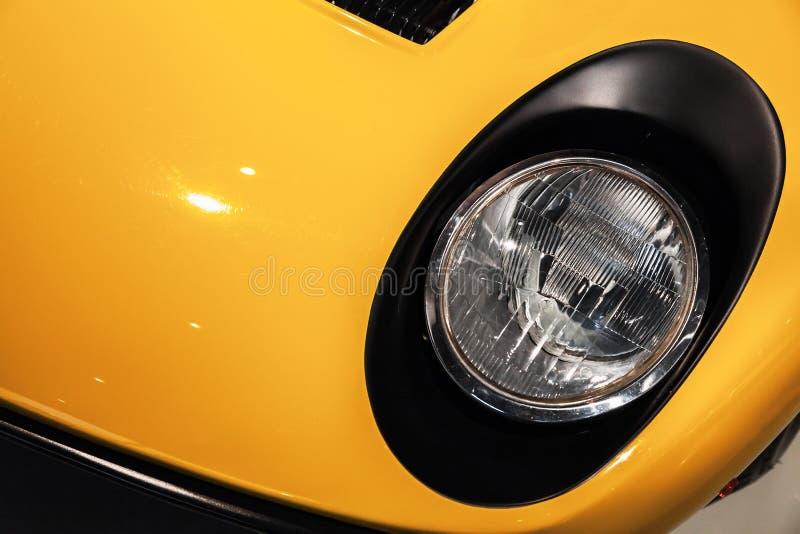 Κίτρινος προβολέας σπορ αυτοκίνητο πολυτέλειας εκλεκτής ποιότητας στοκ εικόνες με δικαίωμα ελεύθερης χρήσης
