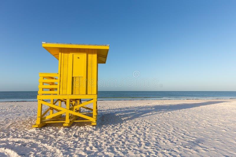 Κίτρινος πύργος Lifeguard σε μια παραλία ξημερωμάτων στοκ εικόνες με δικαίωμα ελεύθερης χρήσης