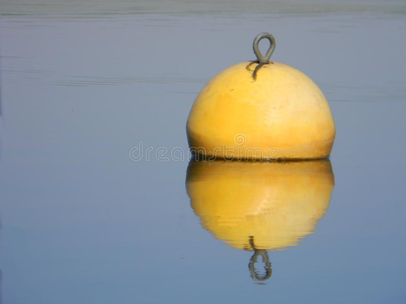Κίτρινος σημαντήρας νερού που επιπλέει στην ήρεμη λίμνη στοκ φωτογραφία με δικαίωμα ελεύθερης χρήσης