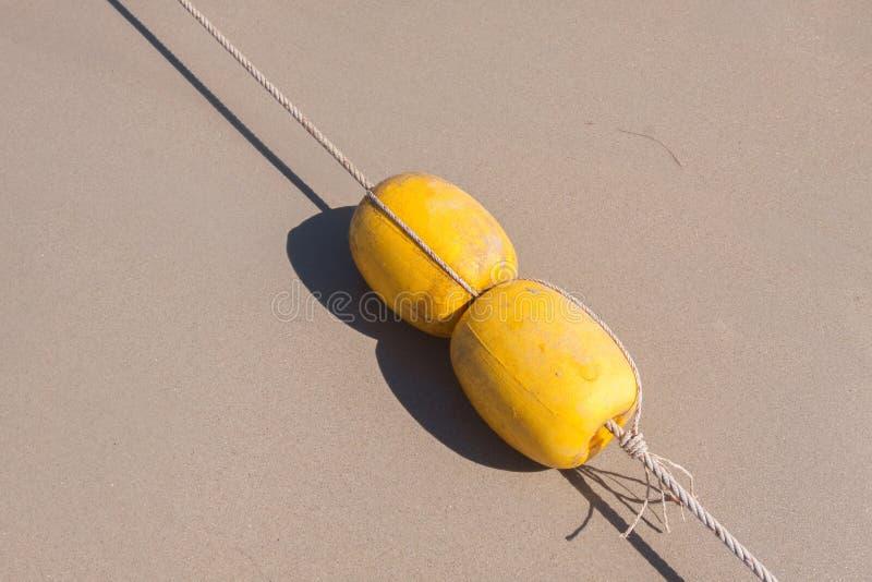 Κίτρινος σημαντήρας στην παραλία στοκ εικόνες με δικαίωμα ελεύθερης χρήσης