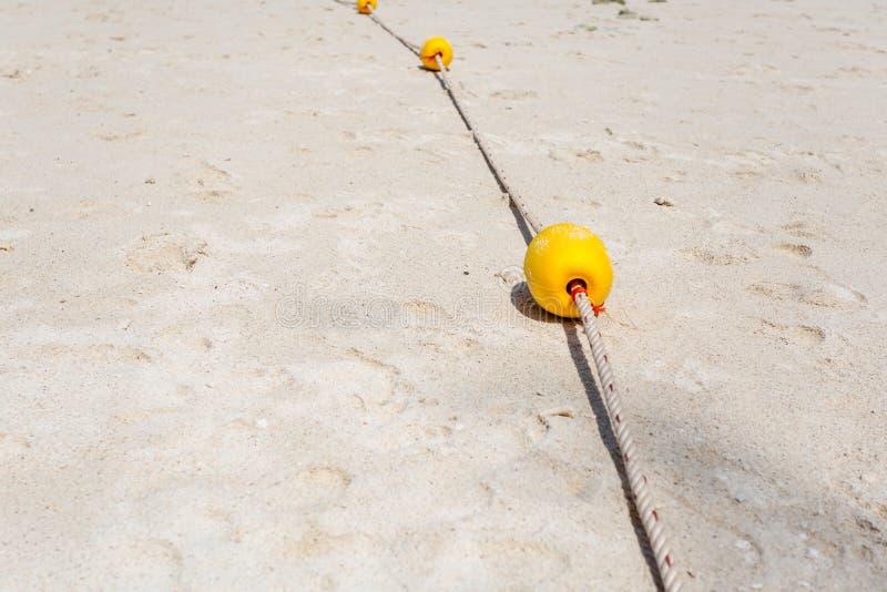 Κίτρινος σημαντήρας στην παραλία στοκ εικόνα