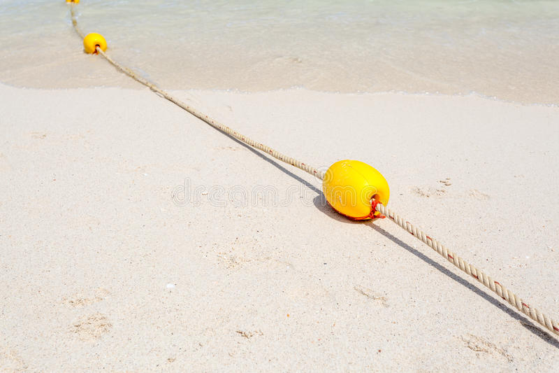 Κίτρινος σημαντήρας στην παραλία στοκ εικόνες