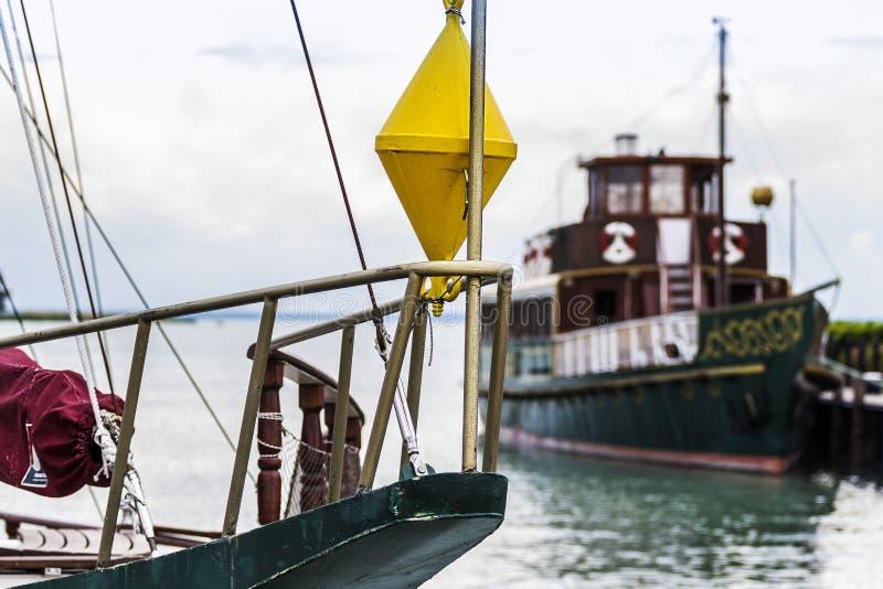 Κίτρινος σημαντήρας στη βάρκα, λιμάνι, από τη λίμνη Balaton στοκ φωτογραφία