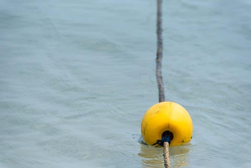 Κίτρινος σημαντήρας στη θάλασσα στοκ εικόνες με δικαίωμα ελεύθερης χρήσης