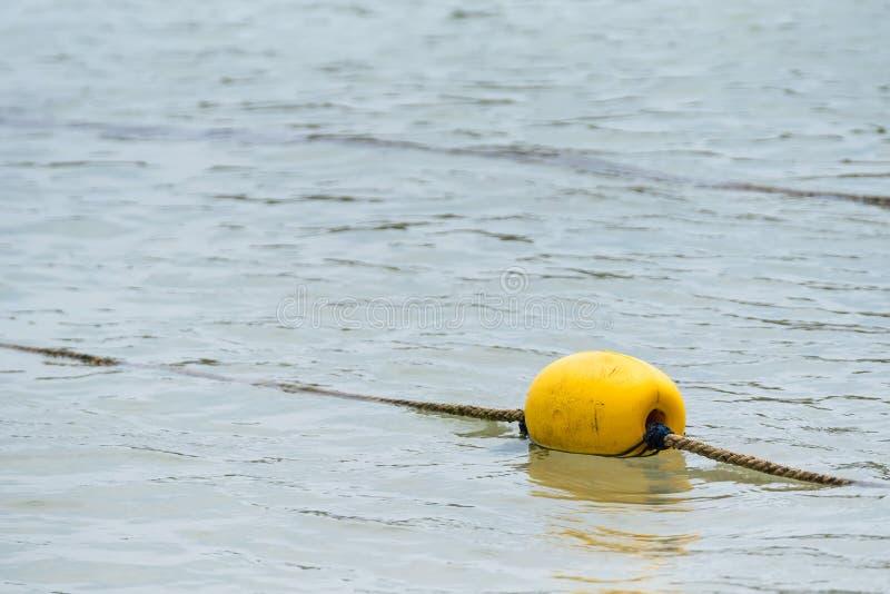 Κίτρινος σημαντήρας στη θάλασσα στοκ εικόνα με δικαίωμα ελεύθερης χρήσης