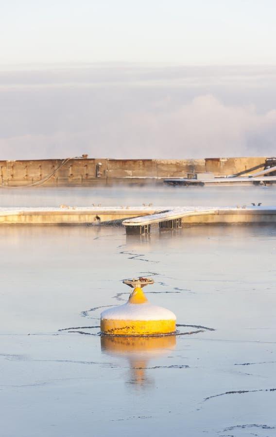 Κίτρινος σημαντήρας στο παγωμένο νερό στοκ εικόνα με δικαίωμα ελεύθερης χρήσης