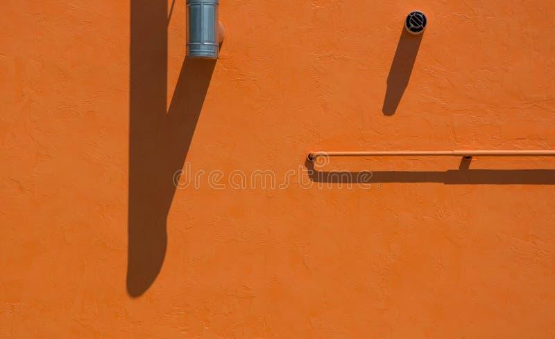 Κίτρινος τοίχος με το σύστημα και την καπνοδόχο εξαερισμού σωλήνων αερίου στοκ εικόνα