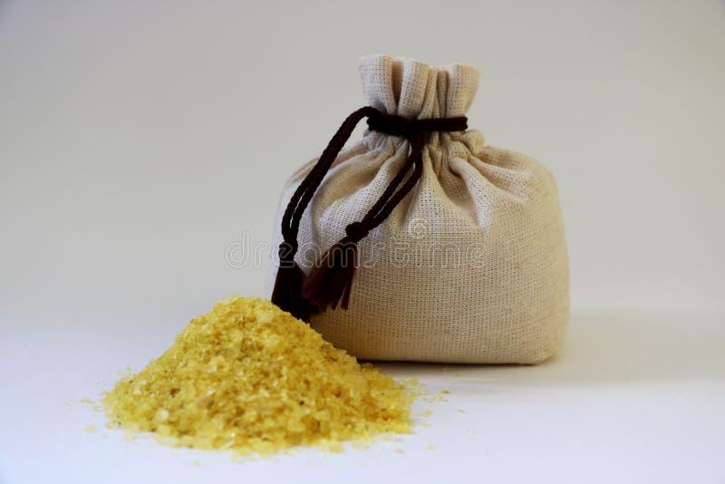 Κίτρινο άλας θάλασσας σε μια τσάντα Μια τσάντα του άλατος θάλασσας που παράγεται σε ένα αγρόκτημα στοκ εικόνα