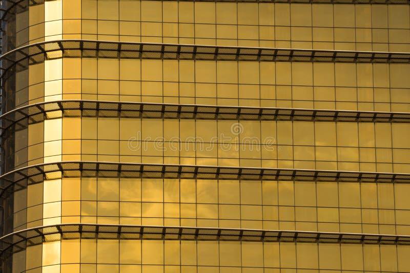 κίτρινο ή χρυσό κτήριο γυαλιού καθρεφτών στοκ εικόνες