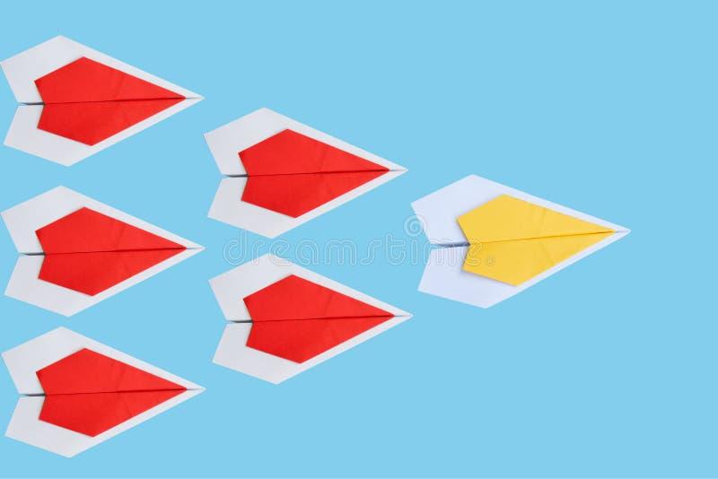 κίτρινο αεροπλάνο εγγράφου ως ηγέτη μεταξύ του κόκκινου αεροπλάνου, leadershi στοκ εικόνες με δικαίωμα ελεύθερης χρήσης