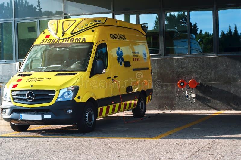 Κίτρινο αυτοκίνητο ασθενοφόρων, ασθενοφόρο έξω από το τμήμα έκτακτης ανάγκης νοσοκομείων στοκ εικόνα με δικαίωμα ελεύθερης χρήσης