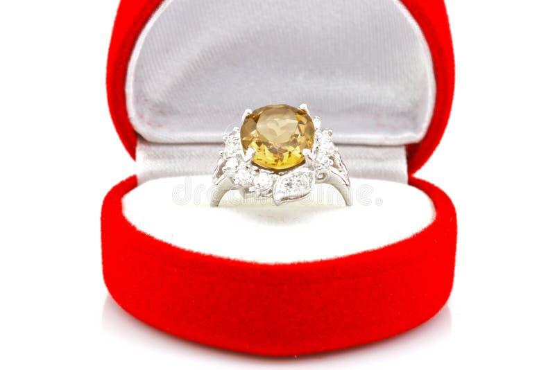 Κίτρινο δαχτυλίδι σαπφείρου στο λευκό στοκ φωτογραφία