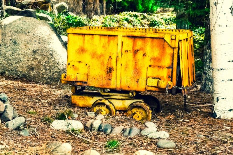 Κίτρινο βαγόνι εμπορευμάτων εξόρυξης χρυσού στοκ φωτογραφίες