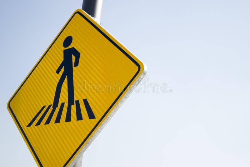 Κίτρινο για τους πεζούς σημάδι οδών στοκ φωτογραφίες