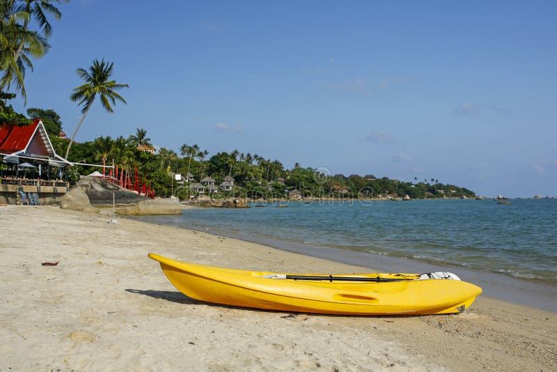 Κίτρινο καγιάκ στην παραλία Lamai, Koh Samui, Ταϊλάνδη στοκ φωτογραφία με δικαίωμα ελεύθερης χρήσης