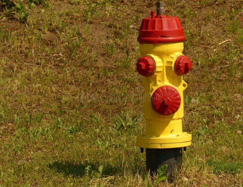 Κίτρινο και κόκκινο στόμιο υδροληψίας πυρκαγιάς στοκ φωτογραφίες