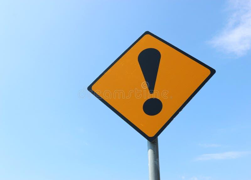 Κίτρινο και μαύρο οδικό σημάδι θαυμαστικού, Ιρλανδία στοκ εικόνες με δικαίωμα ελεύθερης χρήσης