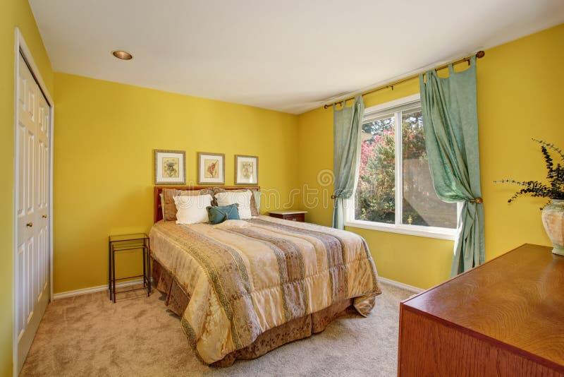 Κίτρινο και πράσινο εσωτερικό κρεβατοκάμαρων με το μικρό πάτωμα κρεβατιών και ταπήτων στοκ φωτογραφίες
