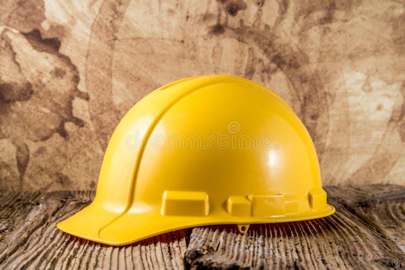 Κίτρινο καπέλο κατασκευής στοκ φωτογραφίες