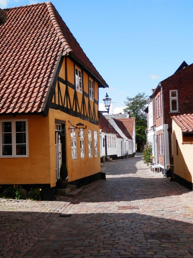 Κίτρινο κατά το ήμισυ εφοδιασμένο με ξύλα σπίτι στην παλαιά νότια δανική πόλη αγοράς στοκ φωτογραφία