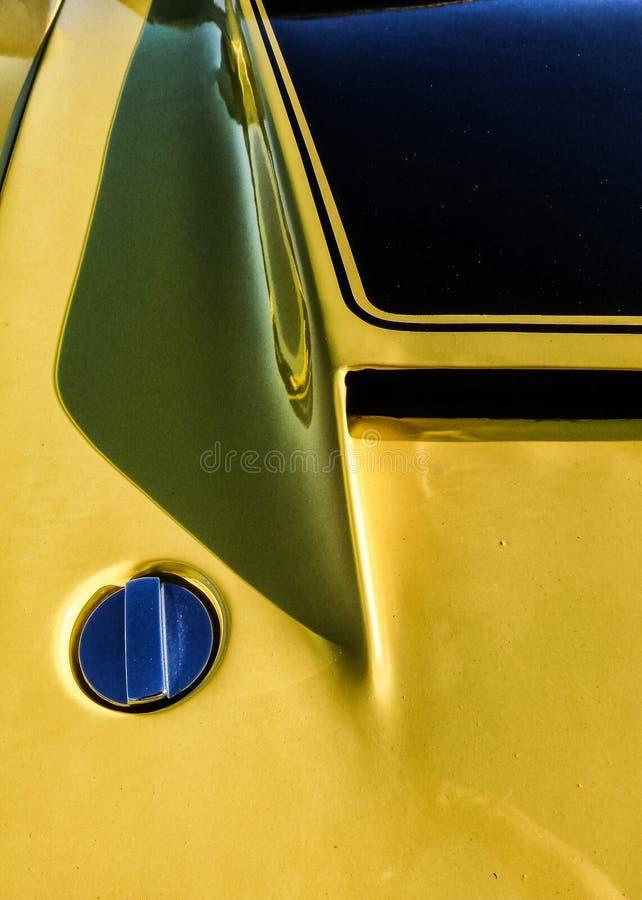 Κίτρινο καυτό παλαιό αυτοκίνητο ράβδων με τη σέσουλα κουκουλών στοκ φωτογραφία
