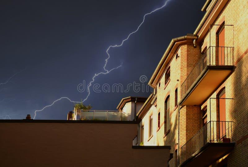 Κίτρινο κτίριο κάτω από την καταιγίδα στον Μαύρο Ουρανό στοκ φωτογραφία με δικαίωμα ελεύθερης χρήσης