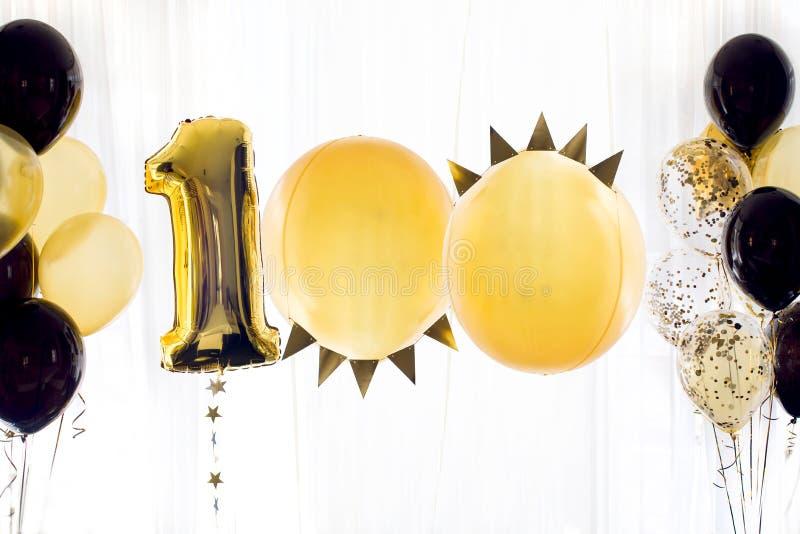 Κίτρινο μαύρο μπαλόνι αριθμός εκατό 100 ηλίου στοκ εικόνα