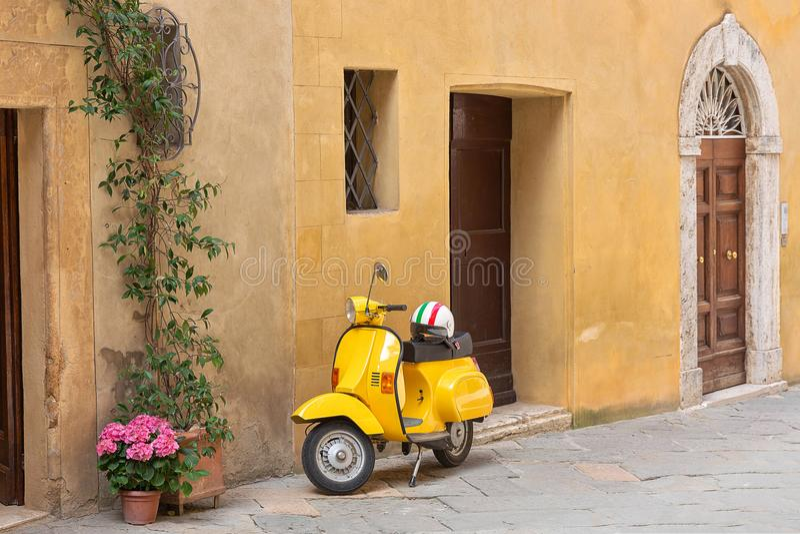 Κίτρινο μηχανικό δίκυκλο στην οδό στοκ εικόνες με δικαίωμα ελεύθερης χρήσης