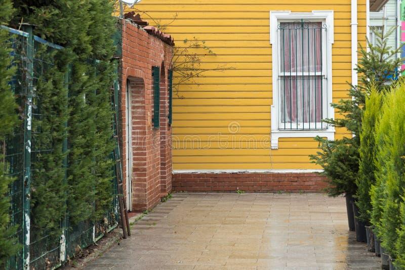 Κίτρινο ξύλινο να πλαισιώσει σπίτι στοκ φωτογραφία με δικαίωμα ελεύθερης χρήσης