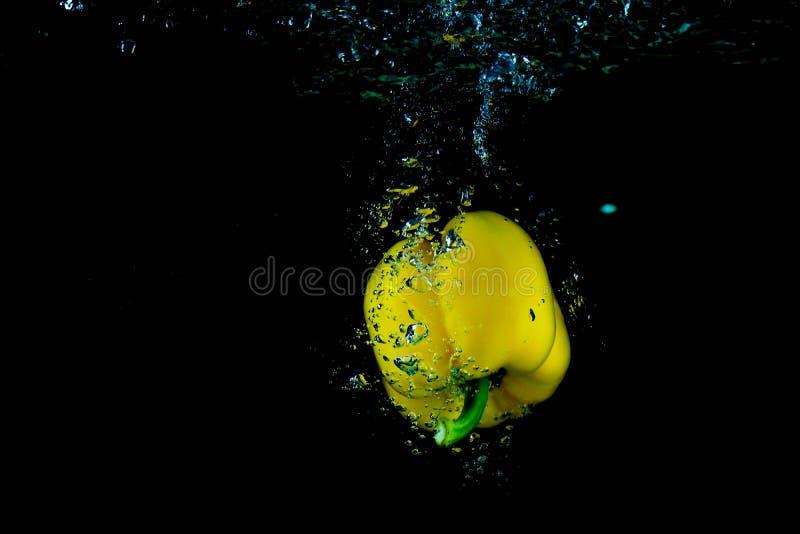 Κίτρινο πιπέρι κουδουνιών στο νερό στοκ εικόνα