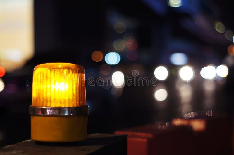 Κίτρινο πορτοκαλί φως σειρήνων στη δευτερεύουσα σήμανση ασφάλειας κατασκευής, που εγκαθίσταται εκτός από το δρόμο στοκ φωτογραφία