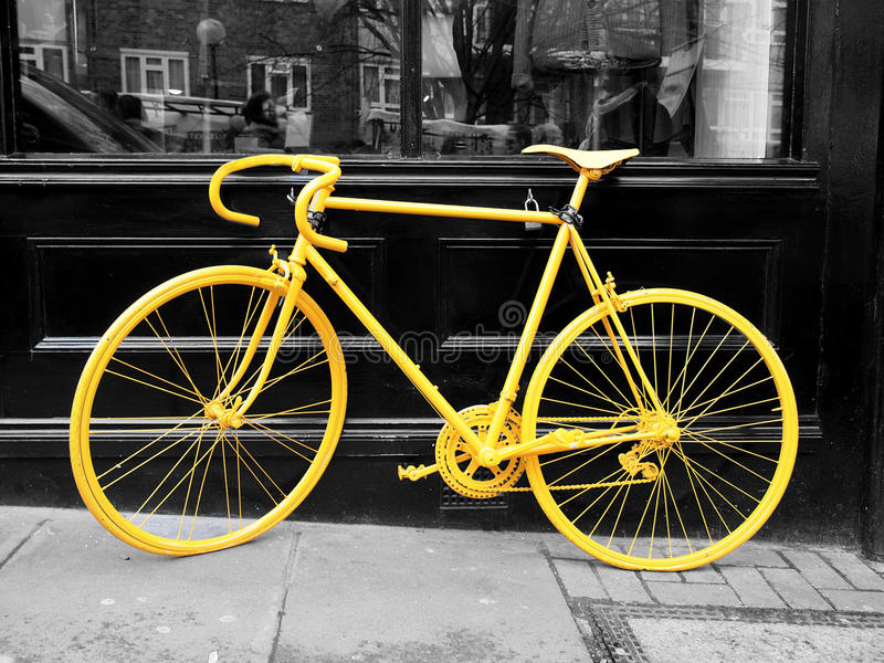 Κίτρινο ποδήλατο στοκ φωτογραφίες