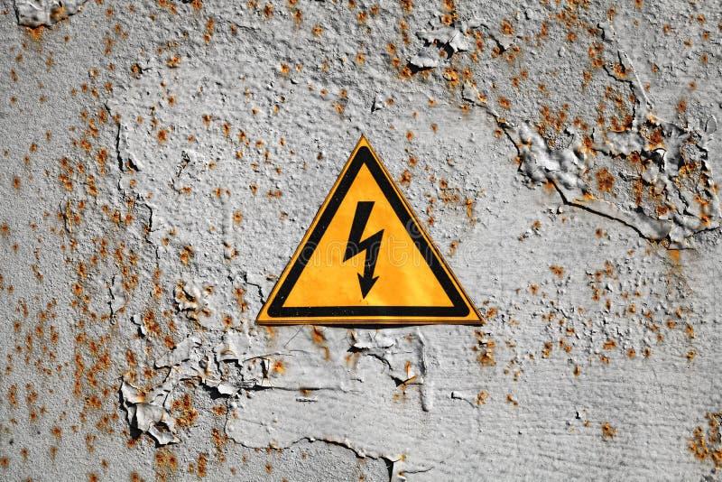 Κίτρινο προειδοποιητικό σημάδι τριγώνων υψηλής τάσης στοκ εικόνες