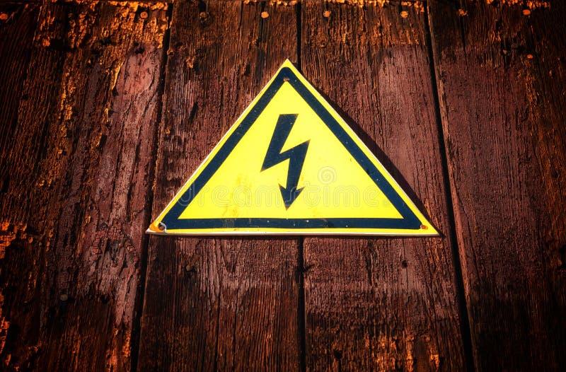 Κίτρινο προειδοποιητικό σημάδι ηλεκτρικής ενέργειας τριγώνων στοκ εικόνες